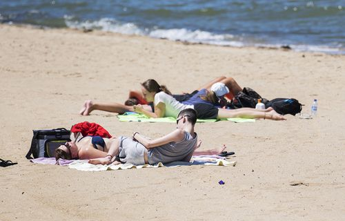 Some Melburnians have chosen St Kilda beach as the perfect spot to celebrate the New Year. (AAP)