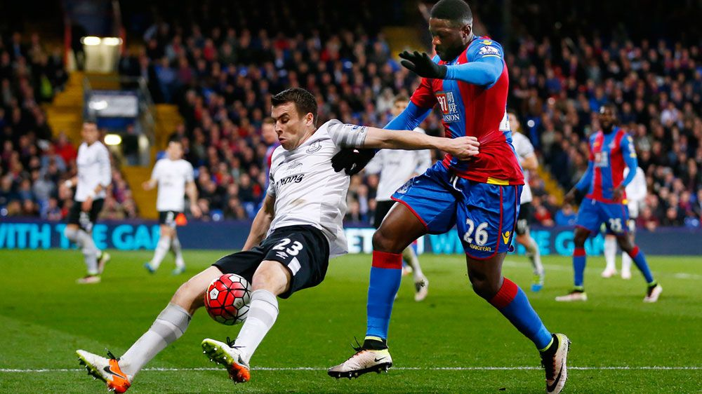Everton hold on for point at Palace