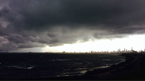 Storm clouds approach Melbourne over the water. (Livinia Nixon/9NEWS)