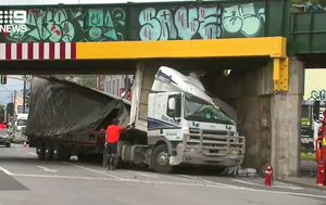 Large truck strikes South Melbourne bridge causing traffic delays