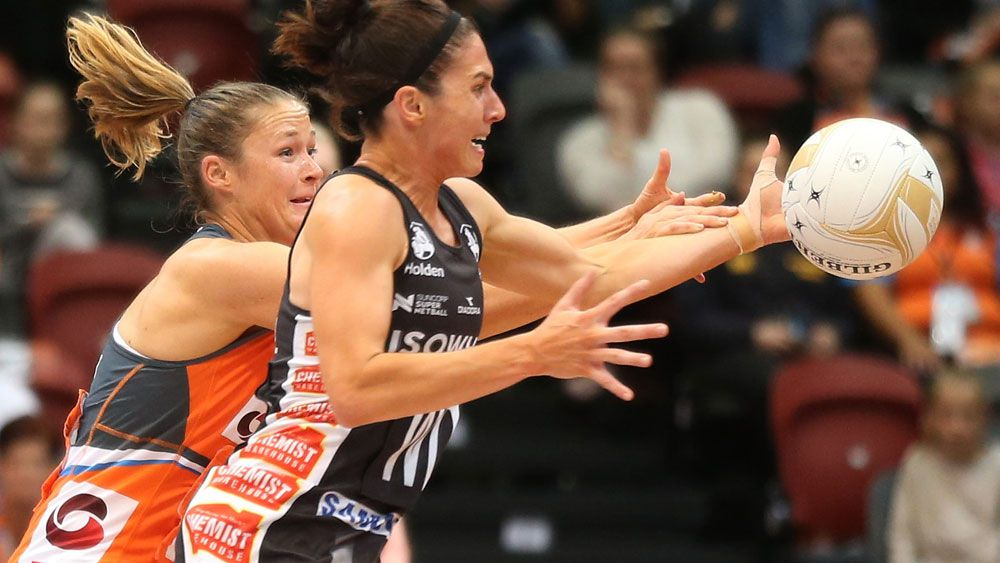 Giants player Susan Pettitt battles with Colllingwood's Ash Brazil during the Super Netball minor semi-final clash in Sydney. (AAP)