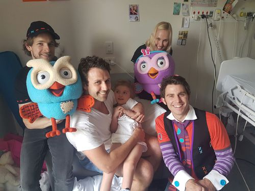 Tiaré being visited by Giggle and Hoot in the Sydney Children's Hospital in 2016.