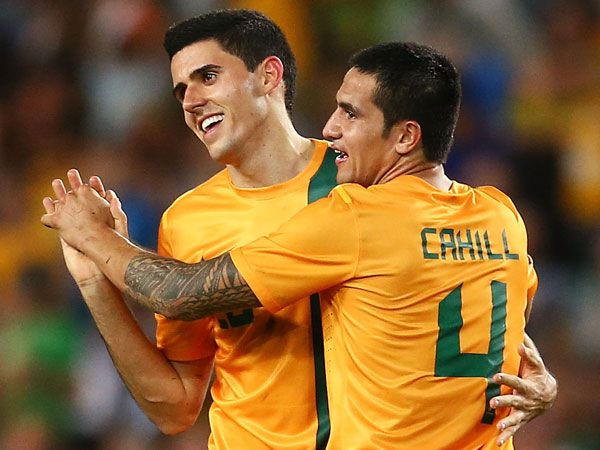Tom Rogic (l) and Tim Cahill. (Getty)