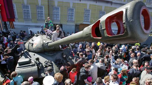 Crowds gather by a Russian army tank in Red Square. (AP).