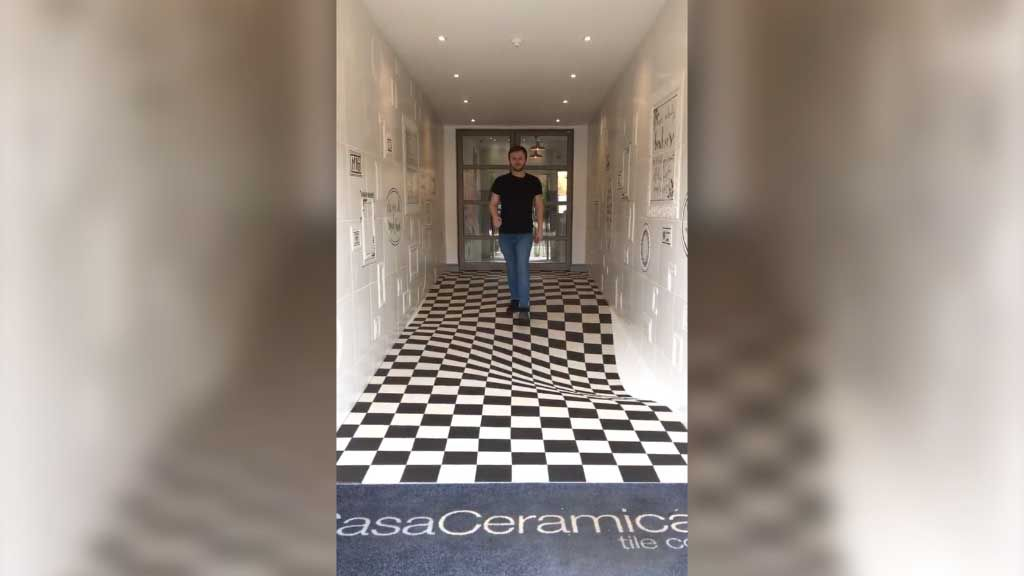 Tile showroom's illusion floor