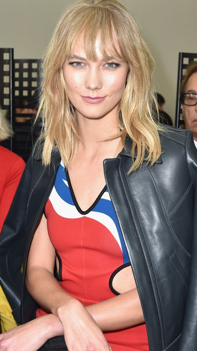 <p>Supermodel Karlie Kloss opted for a messy and choppy fringe with plenty of layers that make for an edgy and effortless-looking hairstyle.</p> <p><em>Style Tip</em></p> <p>While a messy 'do may appear effortless, you need to make sure you flatten out your fringe as much as possible with a flat iron before you start the styling process. Use a heat-protecting spray on your locks and finish off with a styling spray to create messy waves.</p>