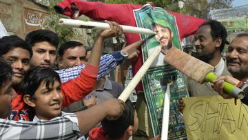 Pakistan cricket fans attack an effigy of all-rounder Shahid Afridi. (Getty)