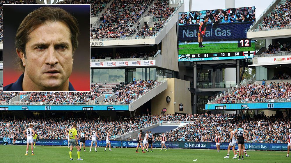 The AFL shot clock and (inset) Bulldogs coach Luke Beveridge. (Getty)