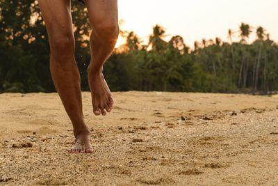 <strong>Run barefoot</strong>