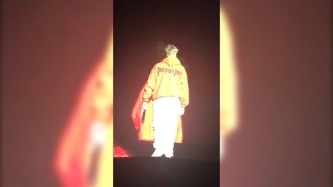 9RAW: Justin Bieber storms off stage after fans refuse to stop screaming