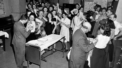 New York women queuing up for smallpox vaccinations in 1941. (AAP)