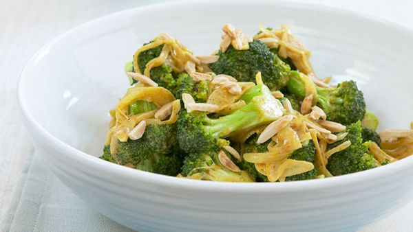 Spicy broccoli with almonds