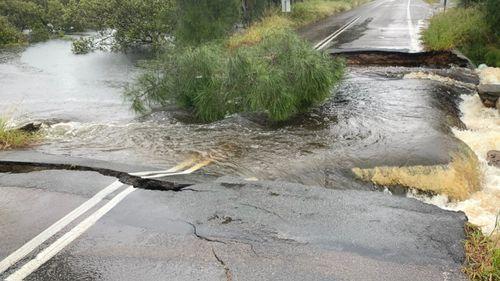 Gambar jalan retak di Port Stephens setelah hujan lebat.