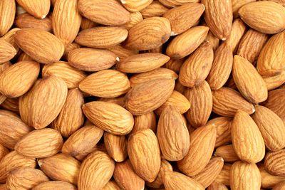 Almonds (21g protein/100g)