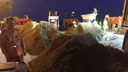 The SES is working into the night, sandbagging the affected area. (Facebook/NSW SES Sydney Northern Region)