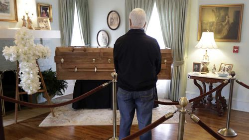 A man pays his respects to Billy Graham at his childhood home in Charlotte, North Carolina. (AAP)