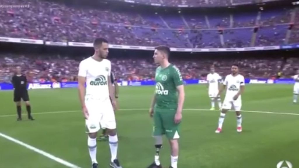 Chapecoense survivors receive standing ovation