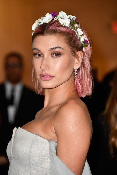 Hailey Baldwin's punky, pink-coloured locks instantly sweetened up her grey Tommy Hilfiger gown and proved that colour blocking doesn't have to come in the form of a designer clutch or shoes.<br> <br>