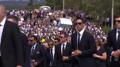 Thousands turned out to pay tribute to the cricketer in his home town. (9NEWS)