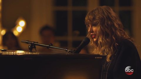 Taylor Swift performs 'New Year's Day' on ABC