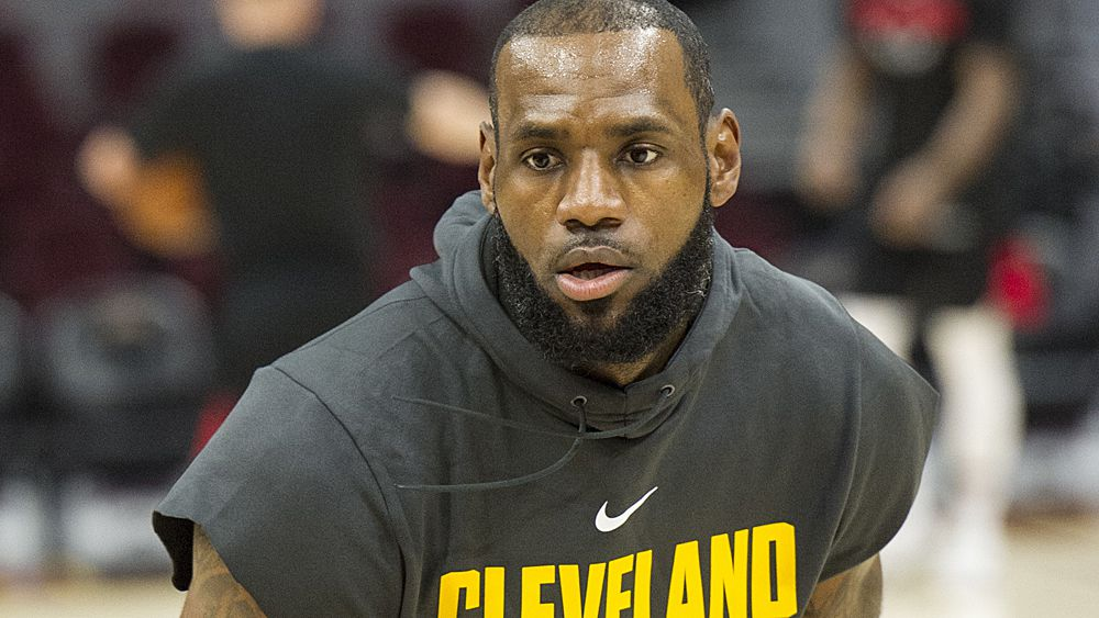 NBA: Cleveland Cavaliers star LeBron James aggravates ankle injury