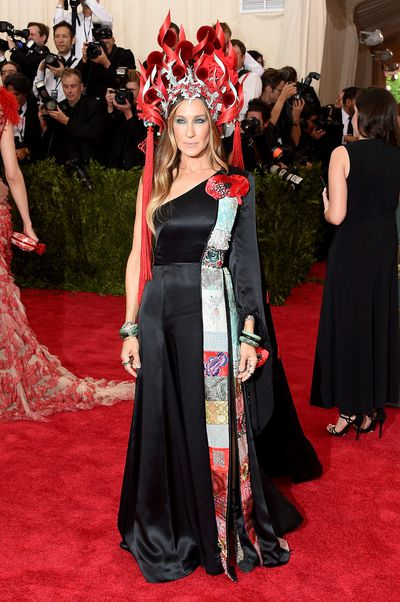 <p>2. Runner-up Sarah Jessica Parker knows that following the exhibition theme is essential to making an impact. </p> <p>In 2015 Parker dressed up her H&amp;M upcycled dress with a flaming headpiece by frequent collaborator Philip Treacy.</p>