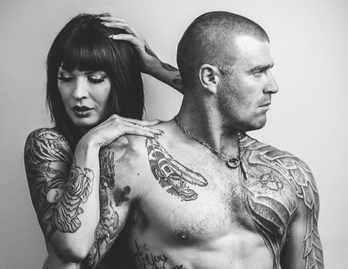 Stuart Bonds is married to a Finnish tattoo model Sini Ariell, who he met on a reality tv show.