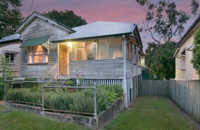 "<a href=""http://www.realestate.com.au/property-house-qld-toowong-124505186"" target=""_blank"">37 Quinn Street, Toowong</a>"