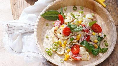 "<a href=""http://kitchen.nine.com.au/2016/05/16/16/31/bacon-tomato-and-basil-pasta-salad"" target=""_top"">Bacon, tomato and basil pasta salad</a>"