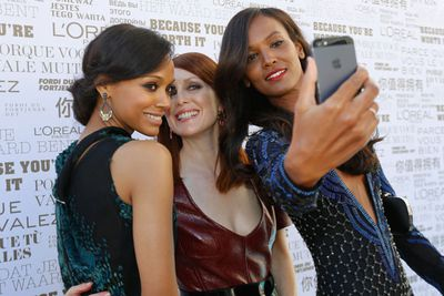 The L'Oreal ladies snapped a quick one before heading into the screening. Too good for a selfie, Blake?!