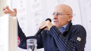 Italian neurosurgeon Sergio Canavero gestures as he speaks during a news conference in Vienna, Austria in November. (AAP)