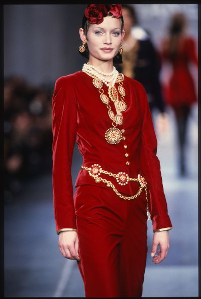 <strong>Amber Valletta</strong> walks the runway during the Chanel ready to wear show autumn/winter 1993-1994 in March, 1993 in Paris, France.