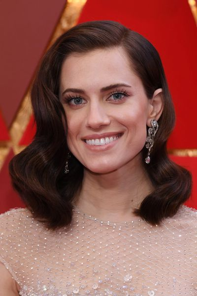 Allison Williams stole the show with classic old-Hollywood waves, black lined lids and peach lips.