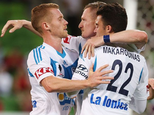 Melbourne Victory players celebrate Besart Berisha's goal. (Getty)