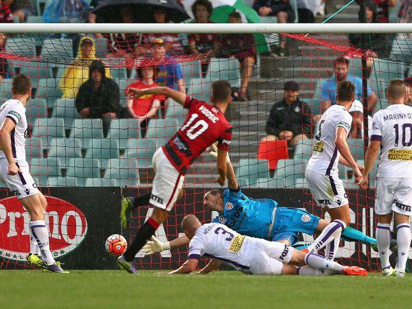 Dario Vidosic scores the winning goal against the Glory. (Getty)