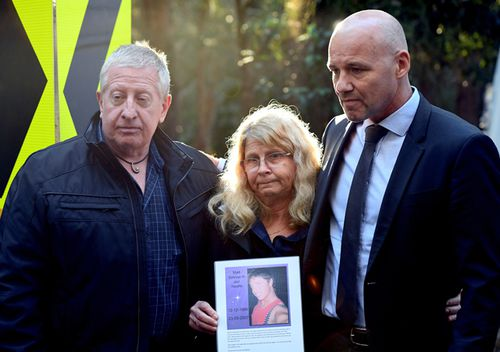Mark and Faye Leveson, parents of Matthew Leveson, with NSW Police Detective Chief Inspector Gary Jubelin (right) as they hold a picture of Matthew as police continue to exhume human remains found in bushland in the Royal National Park south of Sydney. (AAP)