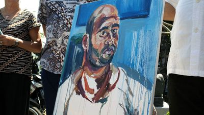Church volunteers show a painting by condemned Australian Myuran Sukumaran near a prison in Bali, (AAP)