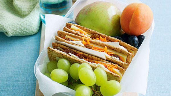 Crispbreads with cheesy carrot and sultana filling
