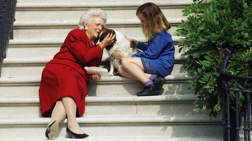 The first lady pictured with her granddaughter Barbara and Millie on the steps of the White House in 1991. (AAP)