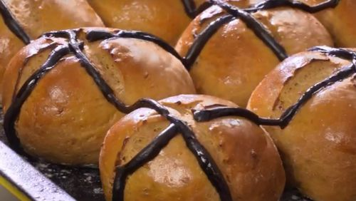 Vegemite has launched a recipe for cheesy Vegemite hot cross buns. (Image: Vegemite)