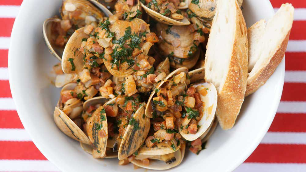 Surf clams with onion, pancetta and paprika