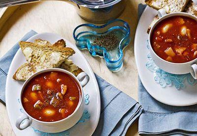 Tomato, bean and bacon soup