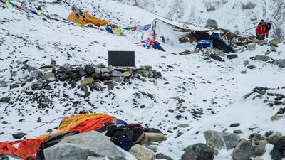 <p>There were more than 800 people at different altitudes on the 8848m peak when the avalanche hit along with several aftershocks.</p>