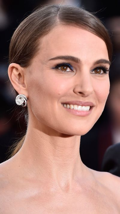 <p><strong>Natalie Portman</strong>'s electric blue cat-eye was a fun addition to her look.</p>