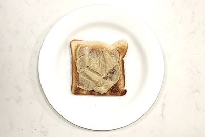 Hummus on toast: 131 calories