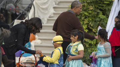 The president and first lady hand out treats to their guests. (AAP)