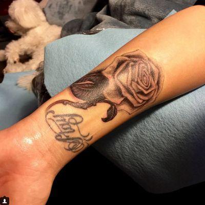 Demi Lovato v her tattoo artist