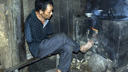 Mr Xinyin has taught himself to use his feet to farm and cook. (AAP)