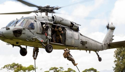 Philippines special forces soldiers practise an aerial assault in RIMPAC. (US Navy).