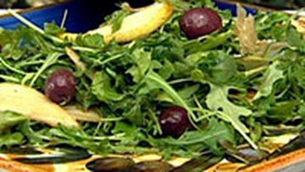 Pear & blue cheese salad